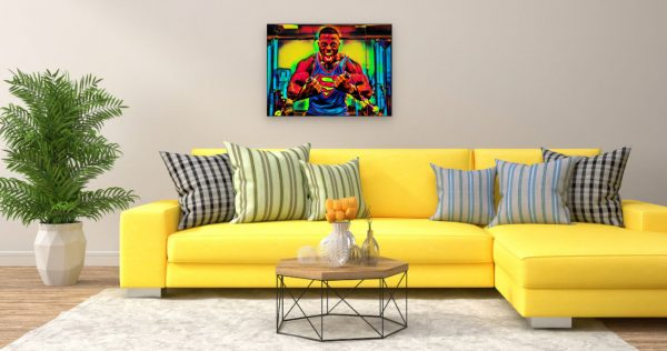 Bodybuilder Superman (Effektbild) über Wohnzimmer Couch
