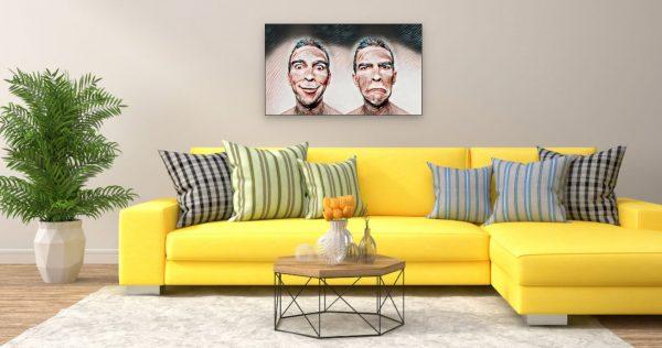Zwei Gesichter fröhlich-traurig (Effektbild) über Wohnzimmer Couch