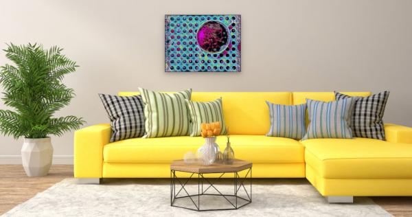 Kaffeetasse von oben mit wilden Punkten (Effektbild) über Wohnzimmer Couch