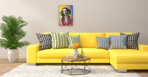 Frau mit tiefem Dekolleté (Effektbild) über Wohnzimmer Couch